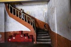 Unge som upp kör trappan i Amasra det gamla fängelset royaltyfria bilder