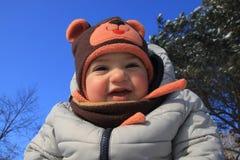 Unge under under en ren vinterhimmel arkivfoto