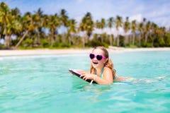 Ungebr?nning p? den tropiska stranden Semester med barnet royaltyfria bilder