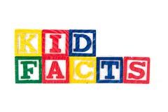 Ungefakta - alfabetet behandla som ett barn kvarter på vit Arkivfoto
