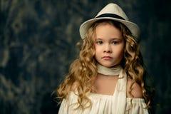 Ungeflicka i hatt royaltyfri foto