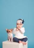 Ungeflicka med hunden Arkivfoto