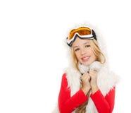 Ungeflicka med snowvinterexponeringsglas och vit päls Royaltyfri Bild