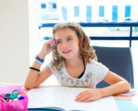Ungeflicka som ler med läxa i sommar Arkivbild