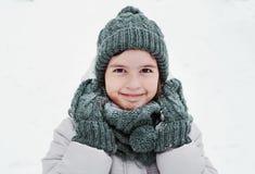 Ungeflicka som ler vinterståenden Royaltyfria Foton