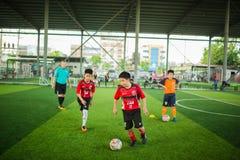 Ungefotboll som lär fotboll royaltyfria bilder