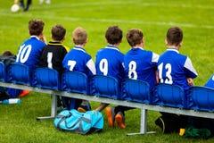 Ungefotbolllag på en bänk Barnfotboll Team Players Arkivbilder