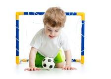 Ungefotbollsspelare med fotbollbollen Royaltyfri Fotografi