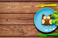 Ungefrukostugglan formade smörgåsen på bästa sikt för blåttplatta Arkivfoton