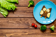 Ungefrukostugglan formade smörgåsen på bästa sikt för blåttplatta Fotografering för Bildbyråer