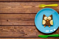 Ungefrukostugglan formade smörgåsen på bästa sikt för blåttplatta Royaltyfria Foton