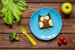 Ungefrukostugglan formade smörgåsen på bästa sikt för blåttplatta Royaltyfri Fotografi