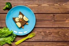 Ungefrukostugglan formade smörgåsen på bästa sikt för blåttplatta Royaltyfri Foto