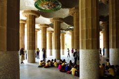 Ungegrupp i Guellen Prk i Barcelona på skolautflykt royaltyfria bilder
