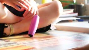 Ungehänder med den antistress leksaken arkivfilmer