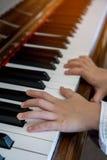Ungehänder med pianot royaltyfri fotografi