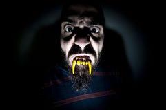 Ungeheuerer Mann mit den langen Zähnen Stockfotografie