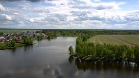 Ungeheurer wickelnder Fluss reflektiert grüne Baumschattenbilder stock video footage