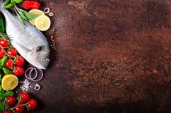 Ungekochte Fische auf dunklem Weinlesehintergrund Freier Platz für Ihren Text Lizenzfreies Stockfoto