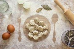 Ungekochte Mehlklöße, Ravioli auf der Druckplatte im Mehl, Kobold stockfotos