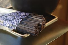 Ungekochte schwarze Reis soba Nudeln auf einer Platte Stockfotografie