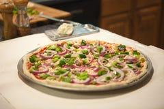 Ungekochte selbst gemachte Pizza Lizenzfreie Stockfotos
