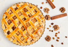 Ungekochte selbst gemachte rustikale Apfelkuchenvorbereitung Lizenzfreies Stockbild