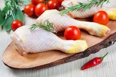 Ungekochter Hühnerschenkel - roh - Huhn mit Gemüse Lizenzfreie Stockbilder
