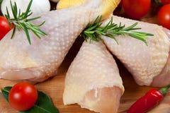 Ungekochter Hühnerschenkel - roh - Huhn mit Gemüse Stockbilder