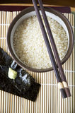 Ungekochter japanischer Reis in der Schüssel Stockfoto
