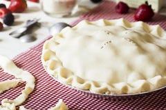 Ungekochter Misch-Berry Pie mit Bestandteilen Stockbild