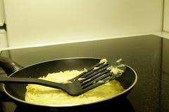 Ungekochter Raraka-Kartoffelpfannkuchen liegt in einer Bratpfanne lizenzfreie stockfotografie