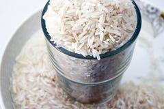 Ungekochter Reis in einem Glas stockfoto