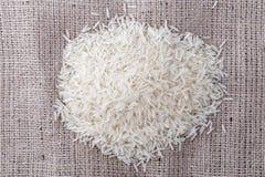 Ungekochter Reis wird zerstreut Lizenzfreies Stockbild