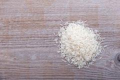 Ungekochter Reis wird zerstreut Stockfotografie