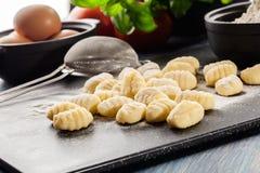 Ungekochter selbst gemachter Gnocchi Stockfoto