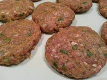 Ungekochtes Fleischklöschen auf Platte Stockbilder