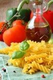 Ungekochtes Gluten freie fusilli Teigwaren von der Mischung des Mais- und Reismehls Lizenzfreies Stockbild