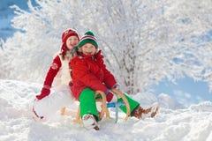 Ungelek i snö Vintersläderitt för barn royaltyfria foton