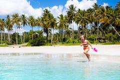 Ungelek p? den tropiska stranden Sand- och vattenleksak royaltyfri bild