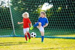 Ungelekfotboll Barn p? fotbollf?ltet royaltyfri foto