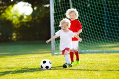 Ungelekfotboll Barn p? fotbollf?ltet arkivbild