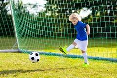 Ungelekfotboll Barn p? fotbollf?ltet royaltyfria foton