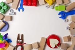 Ungeleksaker på vit bakgrund som bordram med kopieringsutrymme för text Top beskådar Lekmanna- lägenhet Fotografering för Bildbyråer