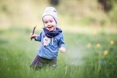 Ungelitet barn i gräs, lyckligt uttryck arkivbilder
