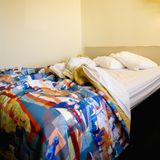 Ungemachtes Bett im Raum. lizenzfreies stockfoto