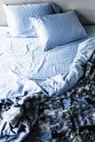 Ungemachtes Bett und Bettwäsche Lizenzfreies Stockfoto