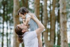 Ungen för liten flicka A med den roliga mamman royaltyfri fotografi
