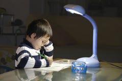 ungen lärer writing Arkivbild