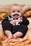 Ungen med en falsk mustasch Arkivbilder